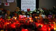 Mit Kerzen, Kuscheltieren und Blumen gedenkt man in Solingen der fünf gewaltsam zu Tode gekommenen Kinder.