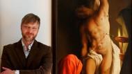 """Im Vorjahr malte er """"Glaube Liebe Hoffnung"""": Michael Triegel neben seinem Werk"""