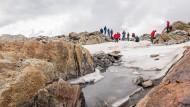 Schwerverletzt in der Gletscherspalte hört Salinger zum ersten Mal die Stimme der Betie, dann trifft zum Glück die Bergrettung ein.