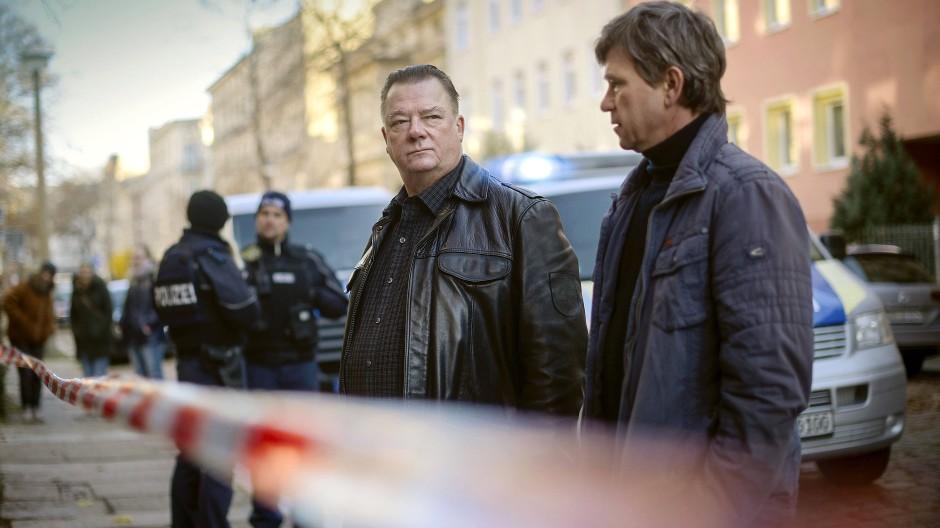 """Warum denn diesmal? Kommissar Michael Lehmann (Peter Schneider) und Kommissar Henry Koitzsch (Peter Kurth) am Tatort der """"Polizeiruf 110""""-Folge """"An der Saale hellem Strande"""""""