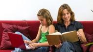 Bildschirm oder Buch? Die Wahl des Lesemediums ist nicht nur eine Generationenfrage.