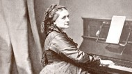 Clara Schumann am Klavier, fotografiert in den 1860er Jahren.