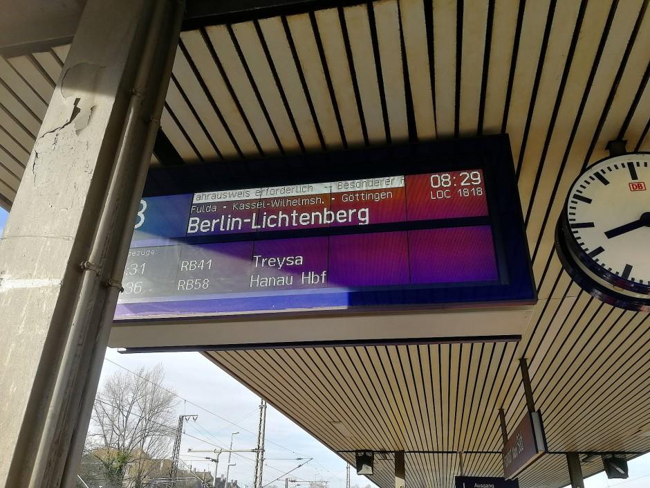 Den Flixtrain findet am Bahnhof nur wer weiß, wonach er suchen muss.