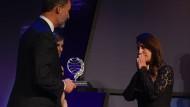 Alles für mich! König Felipe VI überreicht den Planeta-Preis an Dolores Redondo.