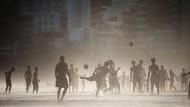 Wir fragen uns, ob Fußball doch das einende Elixier des zerrissenen Landes ist - nicht als Geisel der Fifa, sondern als flauer Plastikball am Strand.