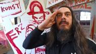 Machen Sie eine typische Handbewegung: Jonathan Meese in seiner Kunstzelle in Wittenberg