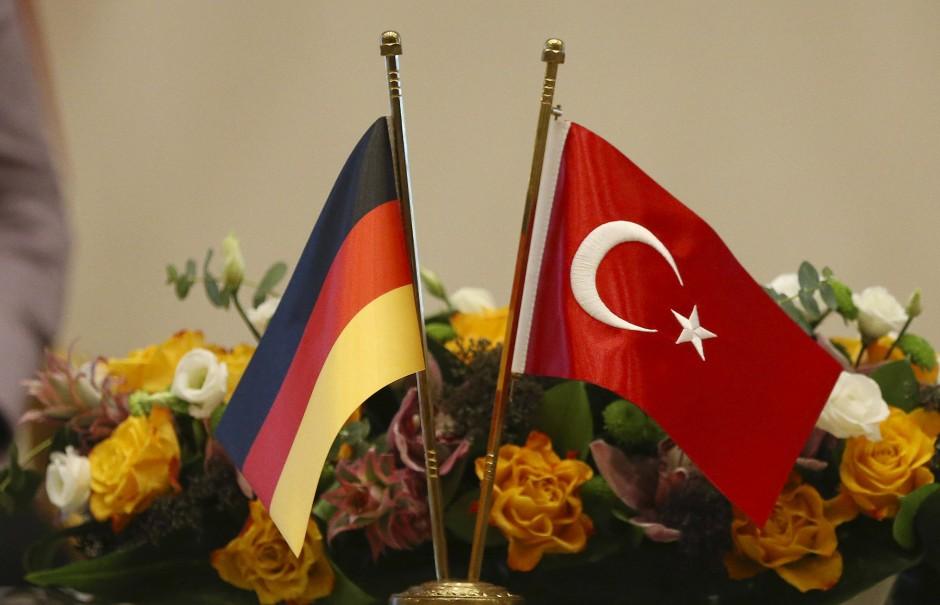 Blumen für die Kanzlerin: Das Verhältnis zwischen Angela Merkel und dem türkischen Präsidenten Erdogan dürfte allein durch Blumen nicht versöhnt sein.