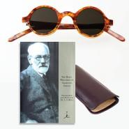 Schriften, Brille und Etui machen noch keinen neuen Freud.