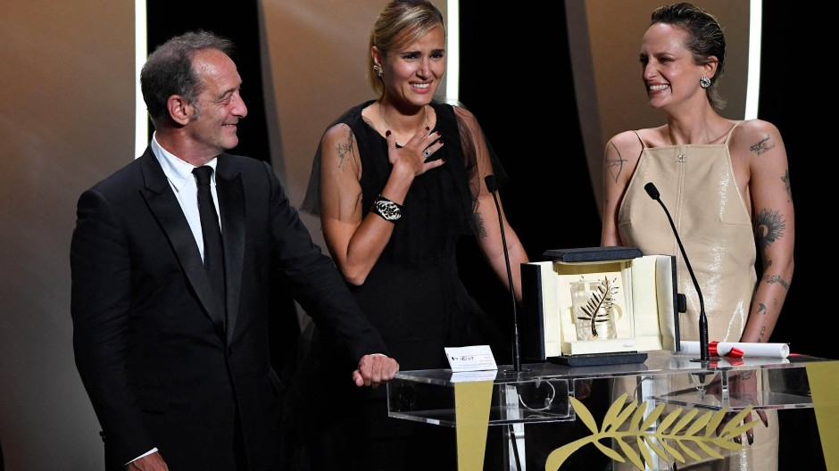 Die Siegerin: Julia Ducournau mit ihren Schauspielerin Vincent Lindon und Agathe Rousselle bei der Preisverleihung in Cannes