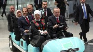 Bei der Eröffnungsfeier des neuen Flughafens in Istanbul lässt es sich der türkische Präsident nicht nehmen, selbst ein Golf Cart zu fahren. Er verfügt über 21 Dienstwagen.