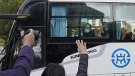 Mitarbeiter der WHO werden in Wuhan verabschiedet.