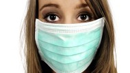 Mit Mundschutz kann sich diese Frau zumindest nicht anstecken – aber in Berufen mit Kundenkontakt erweist sich das Tragen als schwierig.