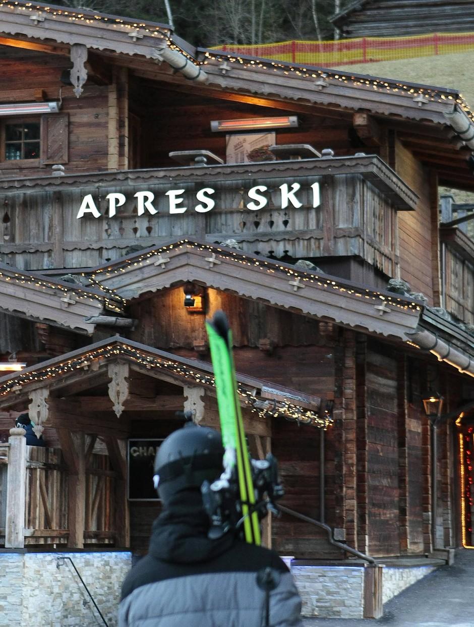 """Beim Ischgler Après-Ski herrscht eine perfektionistische Arbeitsteilung. Die Lokale an der Pardatschgratbahn wie die """"Schatzi Bar"""" oder das """"Freeride"""" verschreiben sich einer besonderen Form der Skigymnastik und schicken Lohntänzerinnen im Doppelschichtbetrieb ins Rennen."""