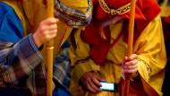 """Zwei Sternensinger und ein Smartphone: Jederzeit können sie einen Gebetswunsch in der App von """"amen.de"""" abschicken."""