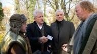 Die Hauptkommissare Batic und Leitmayr befragen die Obdachlosen Werner (Wolfgang Pregler, links) und Andy (Ferdinand Doerfler).
