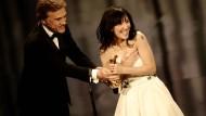 Die ganze Tatkraft von Oscar-Preisträger Christoph Waltz war erforderlich, damit Sibel Kekilli ihre Lola für die beste Darstellerin nicht gleich wieder fallen ließ