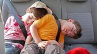 Da hat die liebe Seele Ruh' – und das Gehirn gleich mit: Wer im Auto schläft, dem kann nicht übel werden.