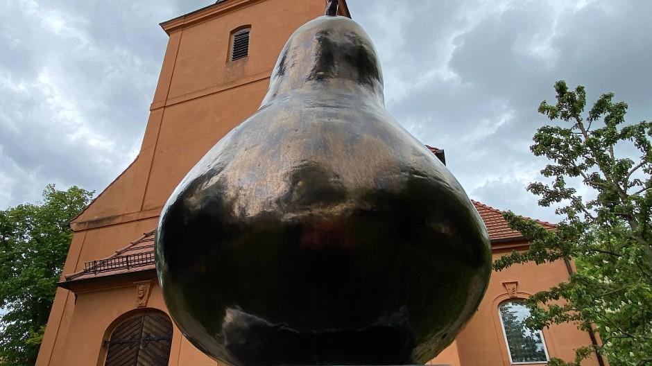 Die berühmte Birne zu Ribbeck im Havelland: als Skulptur von Juliane E. Gansen vor der evangelischen Kirche.