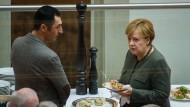 Kleine Stärkungspause im großen Ringen: Cem Özdemir (l.) von den Grünen und Bundeskanzlerin Angela Merkel (CDU) an diesem Freitag während einer Pause der Sondierungsgespräche in der Parlamentarischen Gesellschaft.