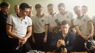 Eine Innovation: Adi Dassler (Ken Duken) schraubt die Stollen an die Schuhe der Deutschen Nationalmannschaft.