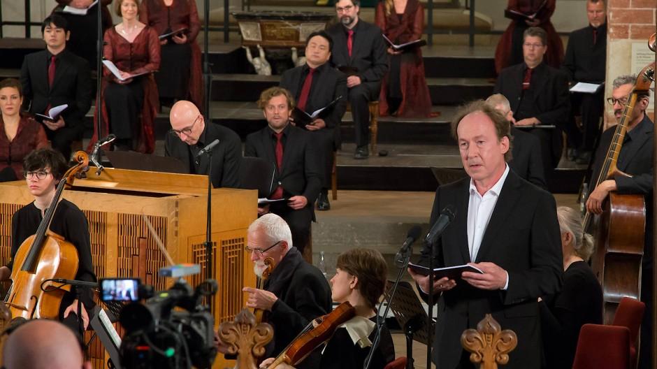 Ulrich Noethen (stehend, rechts) liest das Gleichnis vom unehrlichen Haushalter in der Leipziger Thomaskirche. Neben ihm die Akademie für Alte Musik Berlin und der Rias-Kammerchor.