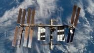 Diese Aufnahme vom 18. Februar 2008 zeigt die Internationale Raumstation ISS nach dem Abkopplungsmanöver vom Space Shuttle Atlantis aus.