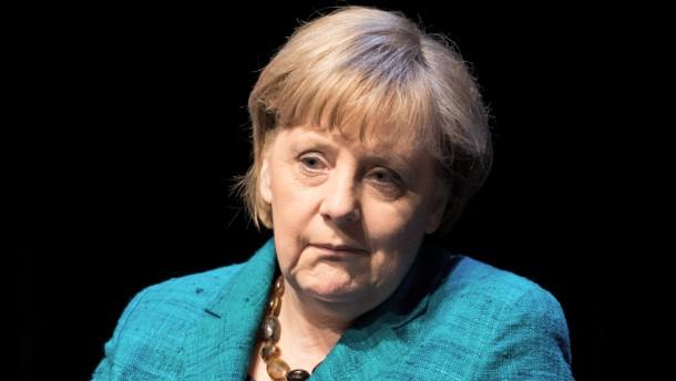 Bundeskanzlerin Merkel im Gespräch mit Brigitte
