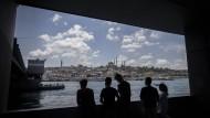 Junge Türken auf der Galatabrücke in Istanbul