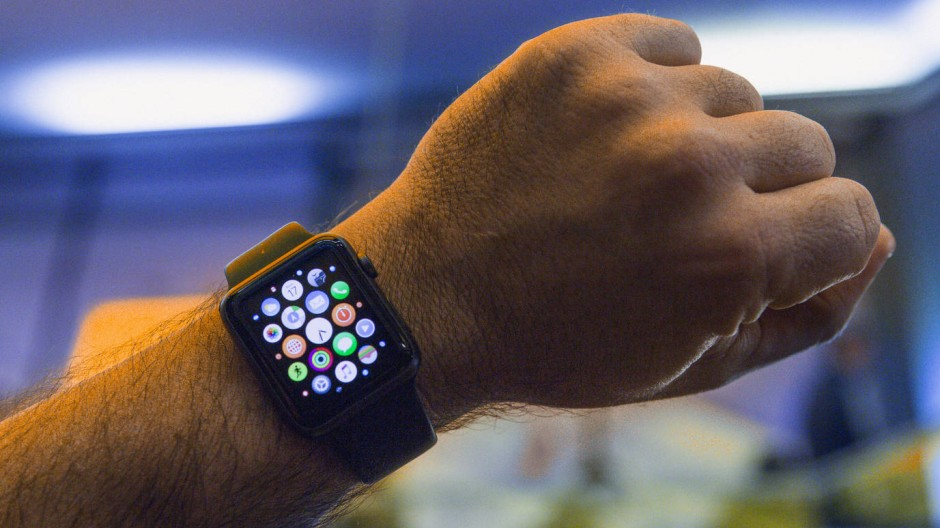 Apples Smartwatch zu tragen ist nicht unbedingt smart. Denn nichts interessiert Krankenkassen und Arbeitgeber mehr als die Gesundheitsdaten von Mitgliedern und Beschäftigten.