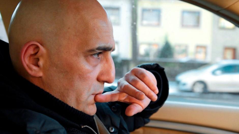 Offiziell ist Mustafa Ö. arbeitslos. Aber er hat einen Job. In dem tritt er an die Stelle von Polizei und Justiz
