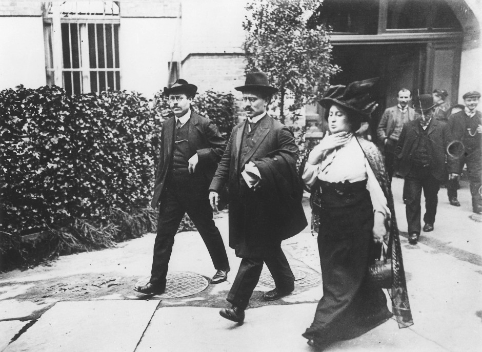 Karl Liebknecht (Mitte) und Rosa Luxemburg 1909 in Leipzig