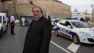 Er spielt den aufrechten Bürgermeister von Marseille, der nicht den kleinsten Dreck am Stecken hat: Gérard Depardieu. Die Franzosen finden das zum Lachen.