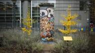 Ein Teil der Berliner Mauer steht vorm Europäischen Parlament in Brüssel.