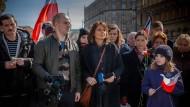 Sie deckt im Film die vermeintliche Verschwörung auf: Die Journalistin Nina Dziennikarka (Beata Fido, Mitte) beginnt mit der Recherche.