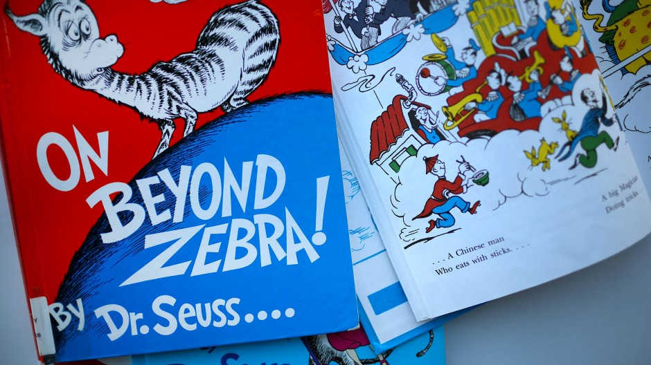 """Zwei der Bücher, die nicht mehr nachgedruckt werden sollen, in der Public Library von Chicago: """"On Beyond Zebra!"""" und """"And to Think That I Saw it on Mulberry Street"""" von Dr. Seuss"""
