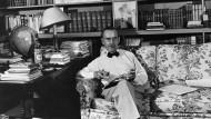Thomas Mann als etablierter Autor mit weißen Schuhen im kalifornischen Arbeitszimmer.