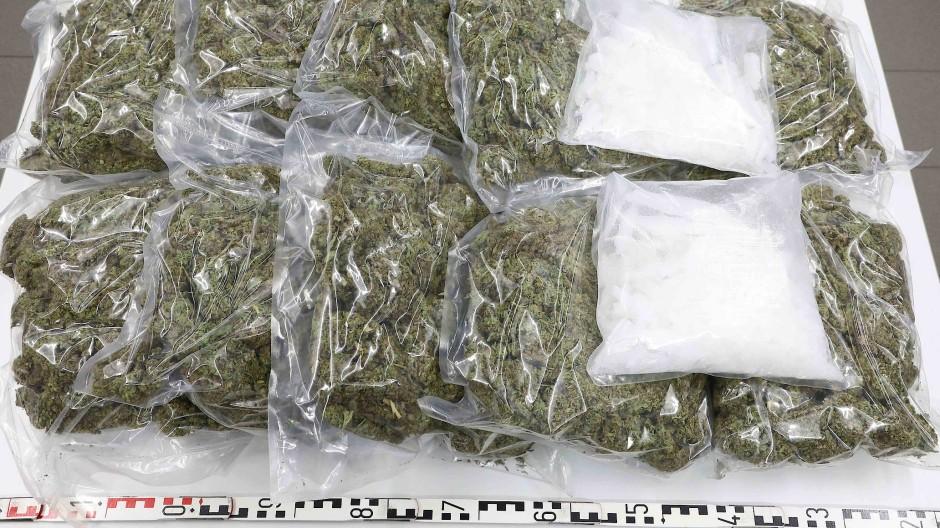 """Bevor es die Polizei bekommt: In """"Die Alte"""" wird der Drogenfund lieber selbst versilbert."""