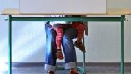 Aber nicht gucken! Bei der sächsischen Landtagswahl am 30. August 2009 hat eine Mutter in Leipzig ihr kleines Kind einfach mit in die Wahlkabine genommen.