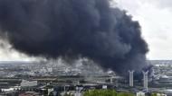 Schwarzer Rauch steht über Rouen, wo Feuer in einer Chemiefabrik ausgebrochen ist.