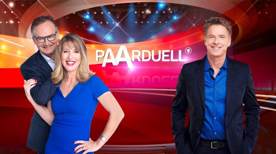 "Bestseller-Autorin Anne Gesthuysen (M.) und Moderator Frank Plasberg (l.) bitten zum ""Paarduell"", Jörg Pilawa moderiert."