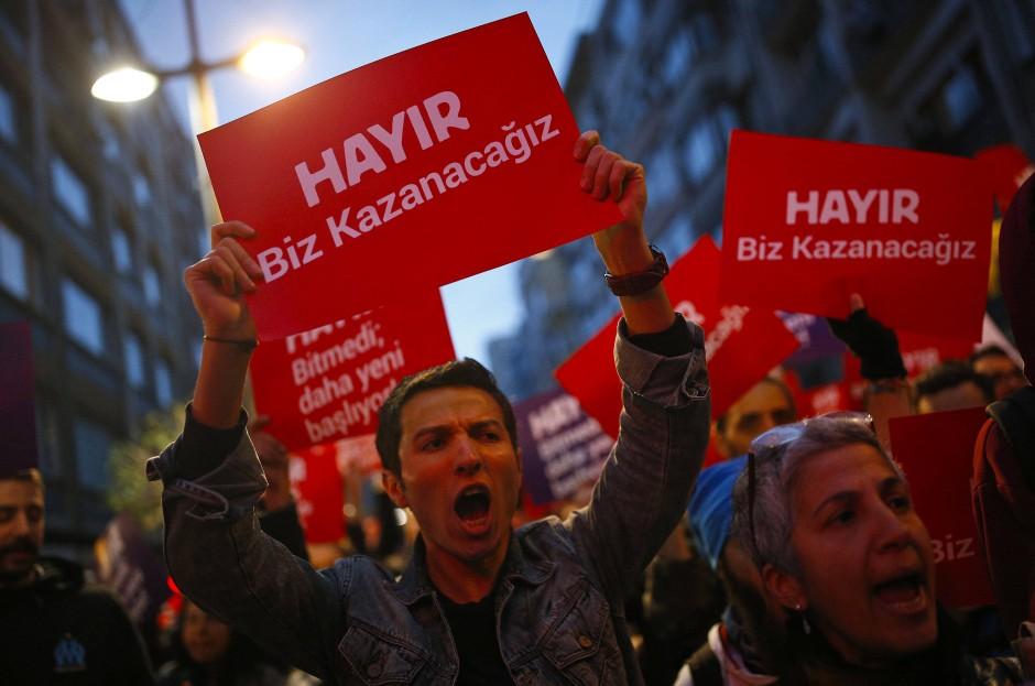 """Unterstützer des """"Nein""""-Lagers demonstrieren in Istanbul."""