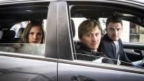 """Die """"drei Fragezeichen"""" aus Erfurt: Henry Funck (rechts, Friedrich Mücke), Maik Schaffert (Benjamin Kramme) und Johanna Grewel (Alina Levshin) observieren gemeinsam"""