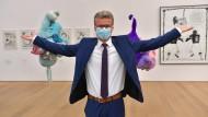 Hier fallen die Masken noch lange nicht: Bernd Sibler bei der Wiedereröffnung des Museums Brandhorst in München.