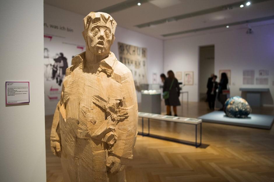 """Die Holzfigur """"Otto"""" des Künstlers Markus Keuler. Ganz klein, ganz groß."""