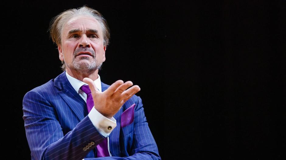 """Ingo Hülsmann als Sperling in der Berliner Aufführung von """"Gott"""""""