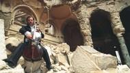 Im September 1992 spielte der Cellist Vedran Smailovic in den Ruinen der Nationalbibliothek in Sarajevo, knapp drei Jahre später inszenierten die Aktionskünstler aus Reif Larsens Roman hier ihr Kirk Fire.