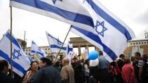 """Protest unter dem Leitsatz """"Steh auf! Nie wieder Judenhass!"""": Teilnehmer der vom Zentralrat der Juden organisierten Demonstration vor dem Brandenburger Tor"""