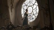 Hier spielt die Stukkatur genauso ausdrucksvoll wie die Akteure: Emma Watson als Belle im Westflügel.