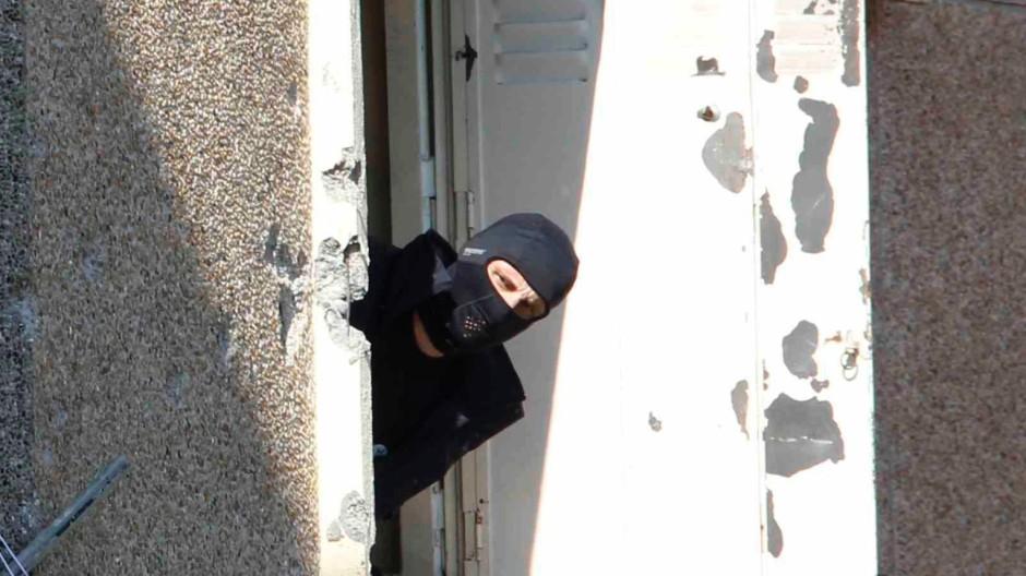 Am Morgen des 22. März 2012 stürmt die Polizei von Toulouse die Wohnung des Attentäters Merah, er wird von Scharfschützen erschossen