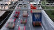 Die straßenseitige Überwachung wird bereits geprobt: eine Mautbrücke nach altem System auf der Autobahn A5 bei Frankfurt am Main